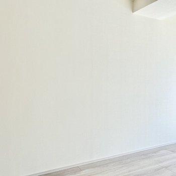 【洋室】こちらにベッドが置けそうですね。※写真は6階の同間取り別部屋のものです