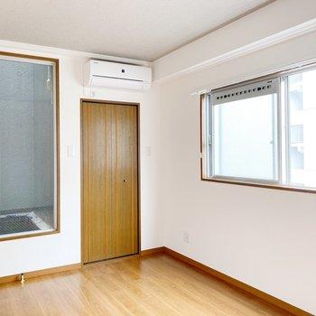【洋室6.5帖】光庭と窓でとっても明るい雰囲気◯
