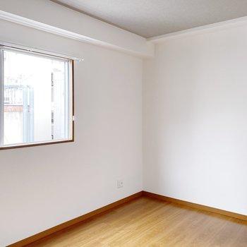 【洋室6.5帖】少し広めの洋室。ここは寝室に。