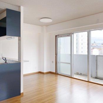 【LDK】窓から見える空とキッチンがなんだかお似合い。