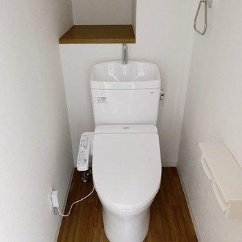 トイレはシンプル。後ろにトイレ用品も置けそうですね。