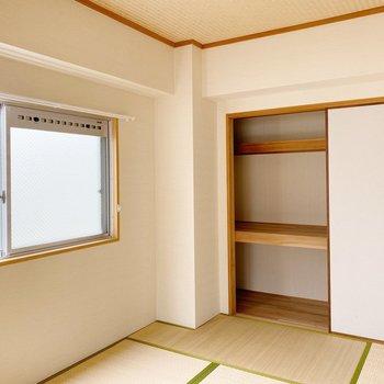 【和室】収納は押入れタイプですが、通常より奥行き狭め。使うボックスのサイズに気をつけましょう。