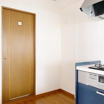 【LDK】お隣は冷蔵庫スペースも。扉の奥は洗面コーナーに繋がっています。
