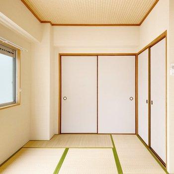 【和室】コンパクトな和室。天井も和な雰囲気みたい。