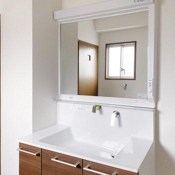 大きな鏡の独立洗面台。なんだかスタイリッシュ…!
