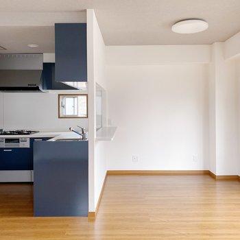 【LDK】くるっと、キッチン前にはダイニングテーブルも置けますね。