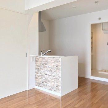 キッチンの裏には脱衣所があります。冷蔵庫や食器棚も扉の隣に置けますよ。