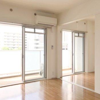 リビングの隣には4.9帖の洋室。南向きの掃き出し窓が2つで、気持ちよく過ごせますよ。