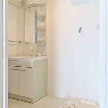 洗面台と洗濯機置場の間には、スリムなラックも置けそう。