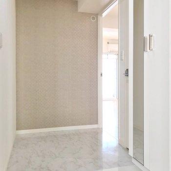 玄関扉を開けると短い廊下。その分、居室がゆったりしています。