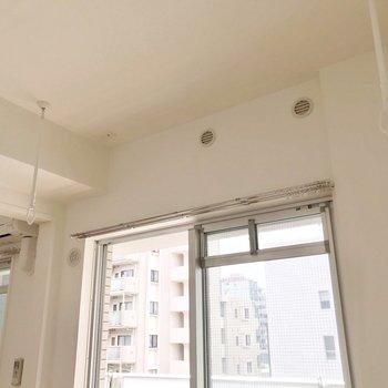 掃き出し窓側には室内物干しも付いています。