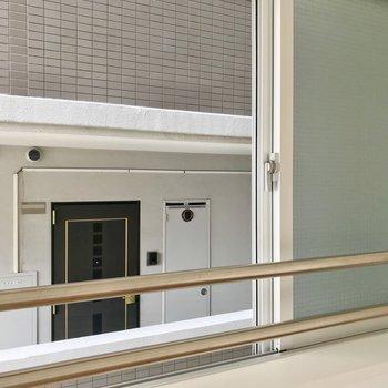 小窓の外はお隣の共用廊下。すりガラスなので、窓を閉めたら気にならないかな。