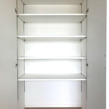 リビング収納はたっぷりの棚付き。食器やストック類もしっかり集約できますよ。