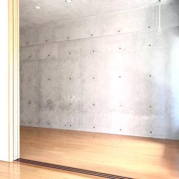 打ちっぱなしの壁がクールでかっこいい!(※写真は6階の同間取り別部屋のものです)