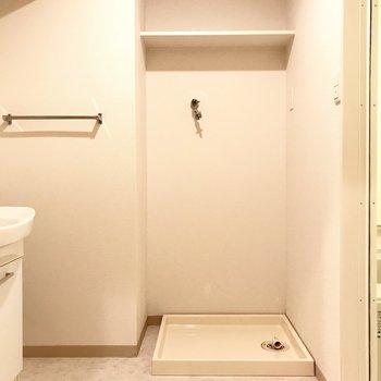 脱衣所のこの広さが嬉しい。洗濯機の上に洗剤置けるしさ。(※写真は6階の同間取り別部屋のものです)