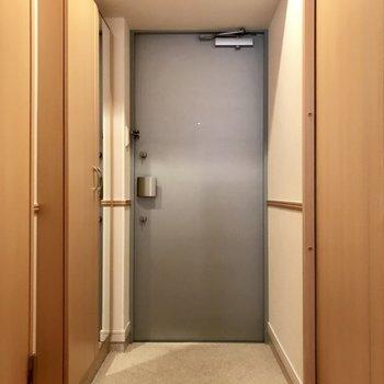 玄関は2重ロックで更に安心なのです。(※写真は6階の同間取り別部屋のものです)