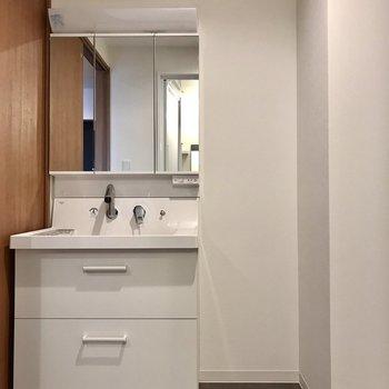 スタイリッシュな洗面台。3面鏡の後ろも収納ですよ!(※写真は4階の同間取り別部屋のものです)