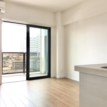 リビングはキッチンも入れて11.3帖。シンプルな空間です(※写真は4階の同間取り別部屋のものです)