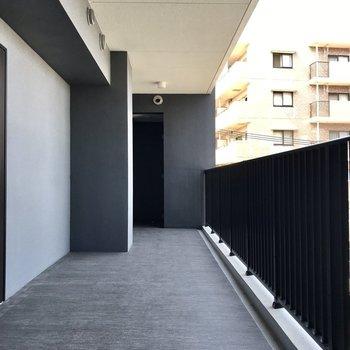 共用部は黒で統一されていてスタイリッシュ。1フロア3部屋、真ん中のお部屋です
