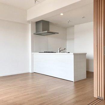 開放感ある対面式キッチン。白で清潔感たっぷり◯(※写真は4階の同間取り別部屋のものです)