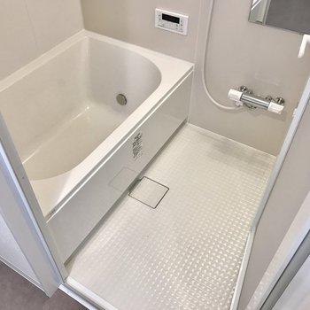 お風呂もゆったりくつろげる広さ♩追焚・浴室乾燥機付き!(※写真は4階の同間取り別部屋のものです)