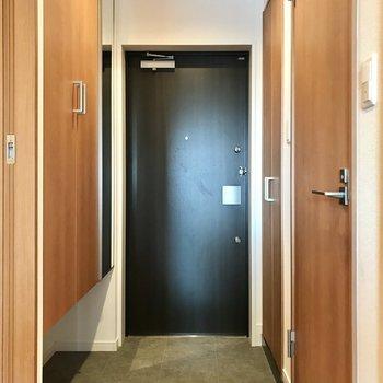 玄関まわりはスッキリと。左右に収納がありました(※写真は4階の同間取り別部屋のものです)