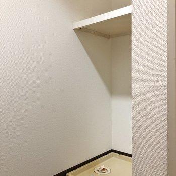 洗濯機置き場は棚付きです。