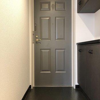 黒でピシッとクールにまとまった玄関です。