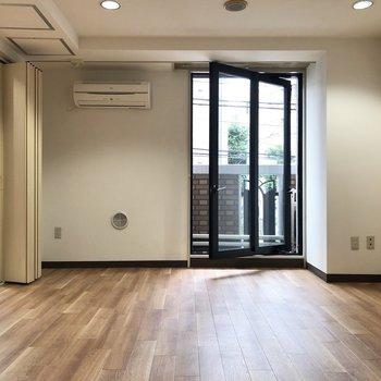 【LDK】窓が大きいので開放的に感じられますよ。