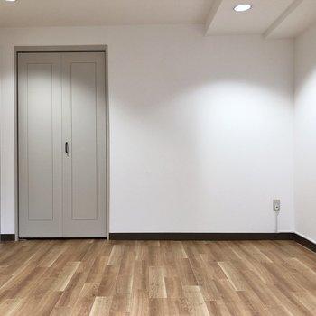 【Bedroom】収納扉のグレーが馴染んでいますね。