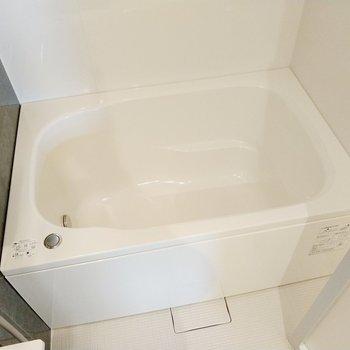浴槽は広くはないけど、ゆったり浸かれそう。追い焚き付きです◎