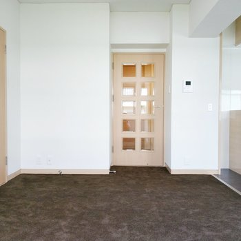 リビングはカーペットを生かして、クッションソファーもいいかも。左の扉は・・・