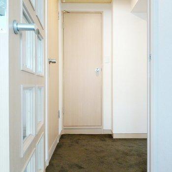 玄関前の廊下にサニタリー。左の扉が脱衣所。正面がトイレ。