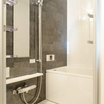 お風呂は高級感あります。バータイプのシャワーが便利。