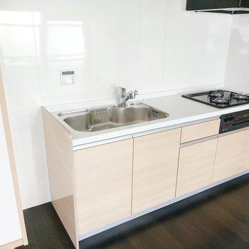 3口コンロにグリル付きのぴかぴかキッチン。冷蔵庫はカーペット側か窓側に。