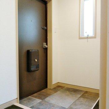 玄関も広々!シューズボックスはないので、好きなものを置きましょう!