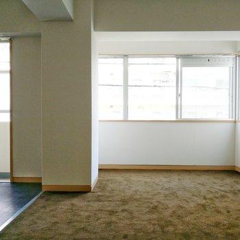 ほとんどがカーペット敷の床。キッチン周りだけフローリングです。