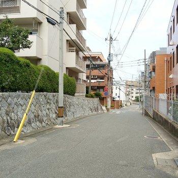 駅チカながら、閑静な住宅街。車の通りも多すぎず安心です。