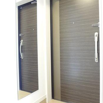 玄関はシンプルなつくり。(※写真は9階同間取り別部屋のものです)