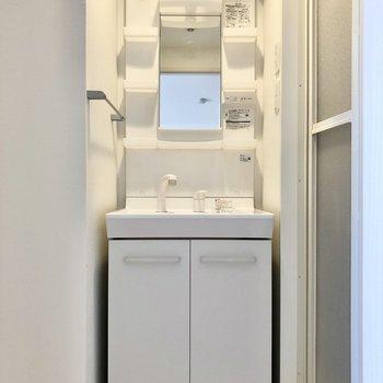 綺麗な洗面台は独立タイプ。