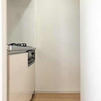 そして、孤立しているキッチン。大人1人なら余裕ある幅感です。
