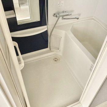 お風呂はサーモ水栓。浴室乾燥機もついています。