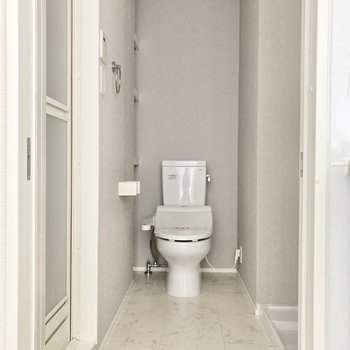キッチン横にサニタリースペース。奥にはウォシュレット付きトイレ。