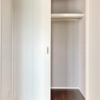 収納は見えてる部分のみ。小さめなのでお部屋に見せる収納を!
