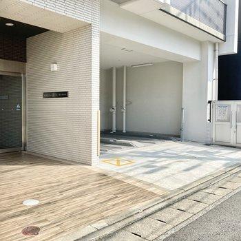 1階は駐車場になっています。ごみ置き場も近くにありますよ。