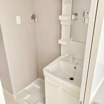 洗面台と洗濯機置き場はお隣同士!
