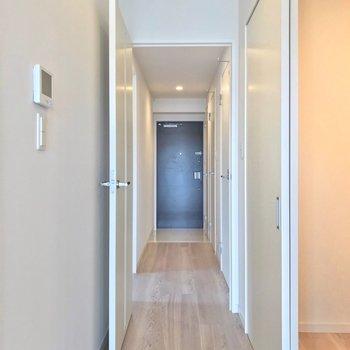 廊下側には7帖の洋室と水回り。