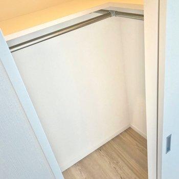 棚はカバンなどを置いておくのに便利。