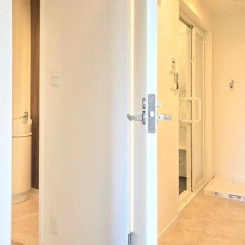 洋室の向かいに水回り。左側のトイレには手洗いも付いています。