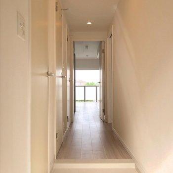 長い廊下を抜けてリビングへ。